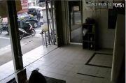Cegat Nasabah Nunggak Bayar Cicilan, Motor Debt Collector Diseret Mobil