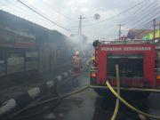 Tiba-tiba Selang Gas Bocor saat Masak, Rumah Makan Padang Terbakar