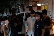 Mata Munarman Ditutup Kain Hitam saat Ditangkap, Pengacara: Berlebihan!