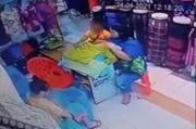 Astaga, Bocah Laki-laki dan Ibunya Kompak Curi Baju di Pasar Terekam CCTV
