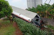 Hilang Kendali, Truk Kontainer Terperosok ke Parit Ring Road Cengkareng