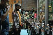Gerebek Kios Jamu, Petugas Gabungan Temukan Miras di Lemari Pakaian