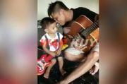 Masih Ingat Serda Ucok Eksekutor Cebongan, Ini Penampakannya Sedang Bermain Gitar Besama Anak Kecil