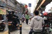 Pengendara Motor Kuasai Trotoar, Netizen: Sulitnya Disiplin Diri