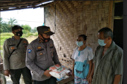 Polsek Indrapura Sosialisasi Prokes Sembari Beri Bantuan Sembako