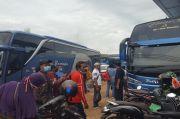 Harga Tiket Melambung, Ratusan Pemudik Tetap Padati Loket Bus di Jambi
