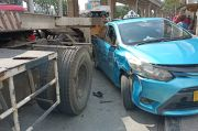 Diduga Rem Blong, Truk Trailer Seruduk Taksi di Koja