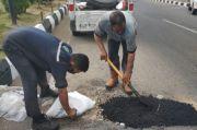 MCC Tambal Jalan Berlubang di Kota Makassar