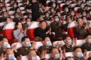 Langka, Kim Jong-un Berfoto dengan Keluarga Tentara Korut