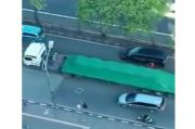 Truk Tronton Tabrak Separator Transjakarta di Slipi, Arus Lalin Macet