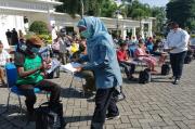 Khofifah Bagikan 200 Paket Sembako dan THR untuk Warga Sekitar Kantor Gubernur