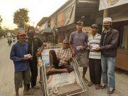 300 Tukang Becak di Jember Tersenyum Dapat Bingkisan dari Laskar Segoro Kidul