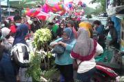 Jelang Lebaran, Ribuan Warga Serbu Pasar Kembang Weleri dan Abaikan Prokes
