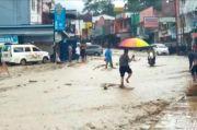 Pasca Banjir, Batu Bercampur Lumpur Masih Tutup Badan Jalan di Kawasan Danau Toba