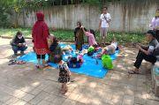 Gagal Berlibur ke Ancol, Keluarga Asal Pademangan Ini Akhirnya Wisata di Pinggir Jalan