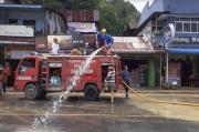 Petugas PMK Bersihkan Sisa Lumpur di Lokasi Banjir Parapat