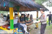 Cegah Penyebaran COVID-19, Ditlantas Polda Aceh Bagikan Masker di Tempat Wisata