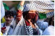 Tampil Stylish Kenakan Keffiyeh ala Bella Hadid Saat Dukung Palestina