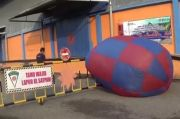 Balon Udara Raksasa Jatuh di Gudang Bulog Gegerkan Warga Madiun