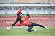 Persaingan Ketat di Bawah Mistar: Siapa Kiper Utama Persib Bandung di Liga 1 2021/2022?