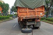 Truk Fuso Patah Baut Roda Persis di Tengah Jalan Letnan Sutopo Serpong, Lalin Tersendat