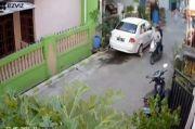 Terekam CCTV, 2 Jambret Rampas Handphone ABG Perempuan di Permukiman Bekasi
