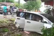 Mobil Mewah Seruduk Kios di Bone, 3 Orang Tewas Bersimbah Darah