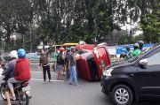 Hajar Separator Busway, Mobil Toyota Sienta Terbalik di Jalan Gunung Sahari