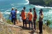 Muda-mudi Tergulung Ganasnya Ombak Pantai Selatan Gunungkidul