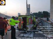 Truk Bermuatan Beras Terguling di Tol Jatibening Pondok Gede