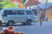 Bikin Heboh, Pria Ini Buka Baju dan Celana di Tengah Jalan Trans Sulawesi