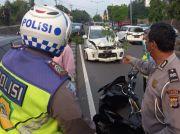 Diduga Mengantuk Pengemudi Tabrak Pembatas Jalan dan Mobil di Sleman
