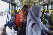 Masa PPKM, Penumpang Bus Transjakarta Duduk Tanpa Jarak