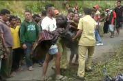 Truk Mengangkut 20 Orang Terjun ke Jurang di Ende, Korban Tewas Berserakan