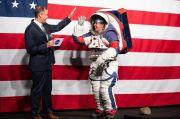 NASA Tunjukkan Pakaian Astronot Senilai Rp4,2 T untuk Misi ke Bulan 2024