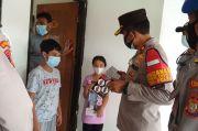 Hibur Imigran Asal Palestina yang Terpapar Covid-19, Kapolsek Kembangan Bawakan Mainan