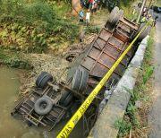 Tiba tiba Terjun Bebas ke Sungai Blitar, Sopir Truk Tebu Pingsan