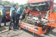 Truk Seruduk Truk Tangki Bensin di Exit Tol Rawamangun, Kabin Pengemudi Ringsek