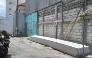 Pembangunan Gudang di Ketabang Tetap Berlanjut Meski Disegel Satpol PP
