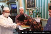 Ustaz Abdul Somad Dapat Kado Istimewa dari KH Said Agil Al-Munawwar