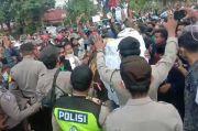 Waduh! Pendemo Berdesakan dan Tak Pakai Masker, Warga Surabaya Khawatir Klaster Baru