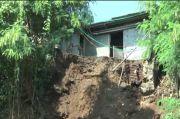 Bukit Setinggi 10 Meter Longsor Timpa Rumah Warga di Mlaten Kendal