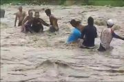Gunakan Tambang dan Bambu, 2 Warga Majalengka Dievakuasi Dari Banjir Sungai Cideres