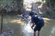 Mengenaskan, Jembatan Hanyut Warga Probolinggo Seberangi Sungai Pakai Rakit Batang Pisang