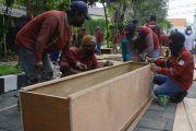 COVID-19 di Surabaya Terus Melonjak, Balai Kota Jadi Tempat Dadakan Pembuatan Peti Mati