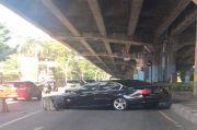 Keluyuran ketika PPKM Darurat, BMW Tabrak Separator Busway di Kelapa Gading