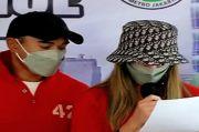 Ditampilkan Sebagai Tersangka, Nia Ramadhani Terlihat Modis dengan Topi Dior Seharga Rp 11 juta