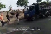 Gaya-gayaan Setop Truk demi Konten Medsos, Pelajar Kritis Ditabrak di Cikarang