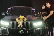 Ini Spesifikasi dan Harga BMW Seri 7 Kado Atta untuk Aurel Hermansyah