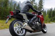 Terlalu Berisiko, Jangan Pakai Headset Saat Mengendarai Sepeda Motor